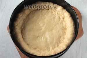 Форму смазать маслом, у меня диаметр 26 см. Распределить по форме тесто руками, делая бортики.