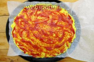Потом смазываем томатной пастой.