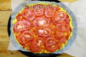 Выкладываем нарезанные кружками помидоры.