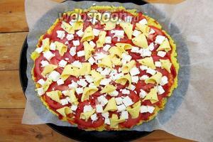 Сверху тонкие пластинки сыра. Отправляем в горячую духовку на 200 °C до расплавления сыра.