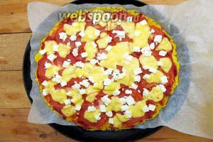 Вкусная пицца-пирог на кукурузной каше готова. Кушаем горячей. Украшаем листиками щавеля. Приятного аппетита!
