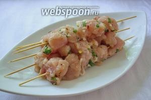 На каждую палочку нанизывать мясо по несколько кусочков. Лук нанизывать не надо. Его можно обжарить отдельно  и подать с мясом в финале.