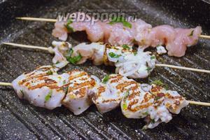 Обжариваем мясо на сковороде гриль со всех сторон. Убедитесь что мясо прожарилось и нет сырых мест. Сковороду перед обжаркой следует хорошо разогреть, а потом уменьшить огонь до среднего и жарить мясо.