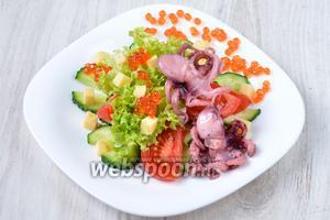 Украшаем салат красной икрой, икру необходимо раскладывать на листья салата и тарелку.  Приятного аппетита!