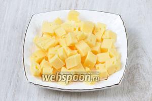 Сыр нарезаем мелкими-мелкими кубиками.