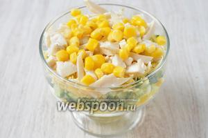Раскладываем консервированную кукурузу.