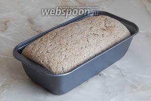 За отведенное время хлеб хорошо вырос — он стал более воздушный и пористый. Духовка прогрелась — можно выпекать хлеб при температуре 200 °C в течение 55 минут.