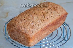 Ржаной хлеб Послевоенный готов. Вынимаем его из формы и остужаем на решётке. Аромат у этого хлебушка просто волшебный, вкус — приятный, ржаной, с кислинкой. Мякиш довольно плотный, но хорошо пропеченный. Попробуйте и вы!