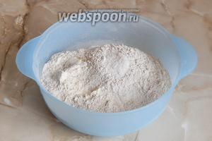 В широкую миску просеиваем 2 вида муки, добавляем соль. Немного муки (буквально столовую ложку) оставим на потом.