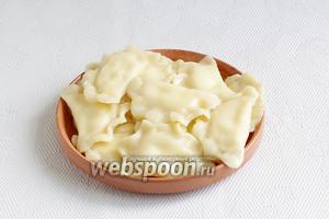 Готовые вареники подавать со сметаной, ягодным сиропом или вареньем.