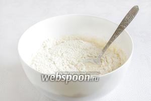 Всыпать муку и замесить тесто. Муку лучше подсыпать малыми порциями. Хорошо вымесить тесто на столе, если нужно подсыпая муку.