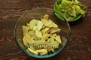 Яблоки очистить, нарезать, сбрызнуть лимонный соком.