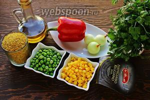 Возьмём булгур (среднего помола), перец, лук, горошек, кукурузу, масло сливочное, оливковое, сыр и зелень для подачи.