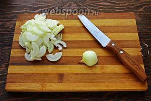 Тем временем очистить и нарезать лук и перец.