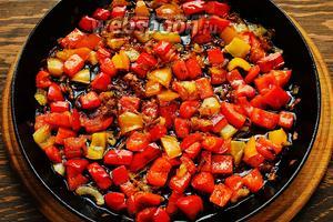 Пассивировать лук, посыпав сахаром, до золотистости. Добавить перец, обжарить (я всё готовлю на очень большом огне и быстро).