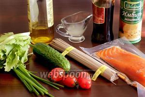 Для приготовления блюда нужно взять лапшу соба гречневую, лосось подкопченый, листья салата, помидоры черри, огурец, имбирь сухой или свежий, лук зелёный, сок лайма или лимона, соевый соус, кунжутное масло. Если не любите вкус кунжутного масла можно заменить его на привычное.