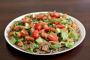 Затем разложить помидоры черри, полить заправкой и посыпать кунжутом. Салат с лапшой соба и лососем готов! Приятного аппетита!