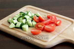Огурец и помидоры нарезать. Огурцы — кубиками, помидоры черри разрезать пополам. Вообще, нарезка здесь не имеет значения.