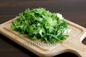 Листья салата нарезать на ленты, зёленый лук — на длинные кусочки по 3-4 см.