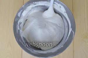 В эту смесь частями всыпать муку и вымешивать тесто лопаточкой снизу вверх, чтобы тесто не опало.