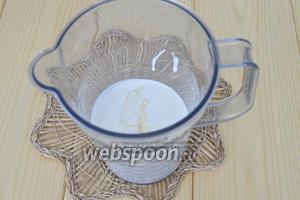 Часть охлаждённых сливок влить в охлаждённую посуду и налить немного молока сгущённого. На этом этапе уйдёт ⅔ сливок и молока. Остальная часть будет использована для декорирования на следующий день.