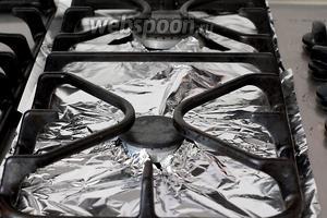 Подготовить плиту к запеканию овощей.  Для этого выстлать её поверхность фольгой. Потом поверх положить решётку. Конечно же, овощи можно запечь и в духовке, но тогда вы напрочь лишитесь самого приятного, что есть в этом салате — запаха и привкуса дымка.