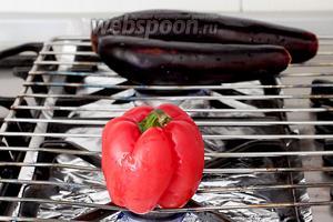 Можно зажечь всё конфорки сразу, но я готовила на двух. Выложить овощи на огонь. Переворачивая щипцами поджарить их до обугливания и мягкости.