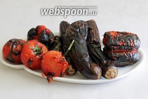 Поджареные овощи положить в целофановый пакет и завязать на 10 минут, тогда чёрная кожица отходит очень легко.