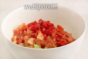 Все овощи порубить и сложить в миску.