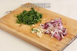 Подготовить измельчённый чеснок, зелень и нарезаный лук.