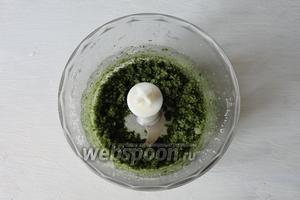 С помощью блендера измельчаем листья мяты, ром, сок и цедру лайма с сахаром.