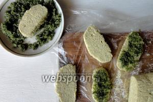 Далее нарезаем печенье толщиной 1 см. Каждое печенье с одной стороны обмакиваем в мяту (мята + сахар, измельченный в блендере).