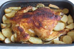 Готовность курицы проверяем привычным способом, я ножом протыкала бедро. Если курица крупная, то надо будет прикрыть спинку курицы фальгой, так как приправа хорошо подгорает. Курица в горчичной шубке с молодым картофелем готова. Подавать порционно или на одном блюде, со свежими овощами. Приятного аппетита!