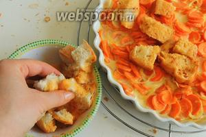 Обмакиваем кусочки хлеба в яйце и кладём сверху на морковь.