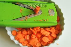 Морковь очистим от кожуры и нашинкуем пластинками толщиной около 3 мм прямо в форму для запекания.