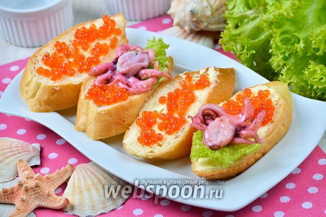 Фото Бутерброды с осьминогами и красной икрой