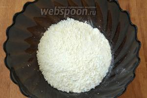 Смешать оставшийся сахар с ванильным сахаром или ванилином, добавить кокосовую стружку и столовую ложку муки.
