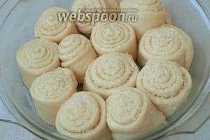 Оставить булочки на расстойку на 20-25 минут. Затем смазать верх подсолнечным маслом и посыпать остатками кокосовой смеси.
