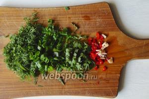 Зелень, чеснок и острый перец нарезаем мелко.