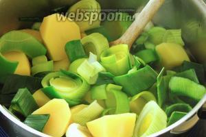 В кипящую воду добавим бульон и картофель с луком. Варим около 20 минут до готовности на среднем огне, крышкой не накрываем.
