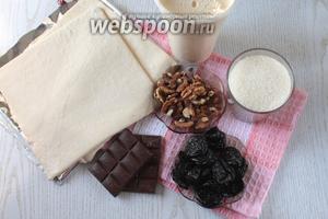 Для приготовления торта нам понадобятся слоёное тесто, орехи грецкие, чернослив без косточки, сахар, ванилин, сметана жирностью от 25% и шоколад для украшения.