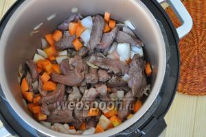 Добавить морковь нарезанную кубиками, продолжая жарить.