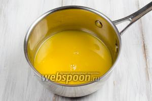 Сок цитрусовых смешать с сахаром. Поставить на медленный огонь. Варить, помешивая до растворения сахара.