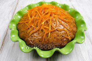 Снова опустить кекс в форму. Наколоть поверхность кекса шпажкой. Залить карамелью, факультативно, добавив в нее 50 мл алкоголя (коньяк или ром). Разложить дольки по всей поверхности. Оставить пропитаться. Можно поставить в холод.