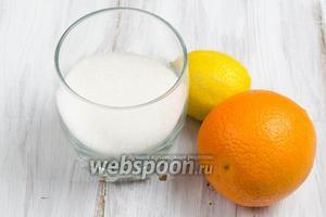 Тем временем приготовить карамель. Для этого взять апельсин, лимон, сахар (факультативно коньяк, ром 50 мл).
