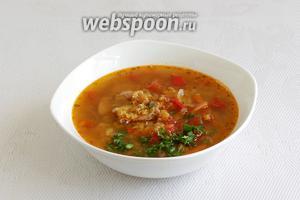 Красный суп с чечевицей можно подать с зеленью и сметаной.