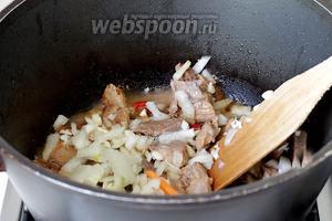 Добавить лук и чеснок и жарить помешивая ещё 5 минут.