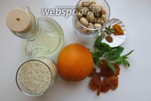 Подготовить рис басмати, фисташки, мяту, апельсин, курага, 1/2 чайной ложки соли, корицы, куркумы, 1/3 перца,  кардамона, масло растительное.
