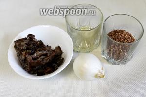 Для приготовления гречки по-монастырски взять гречневую крупу, грибы, растительное масло, лук и соль.
