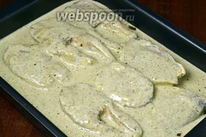 Укладываем треску в лоток для запекания и заливаем полученным соусом. Запекаем в духовке при температуре 180ºC в течение 25-30 минут.